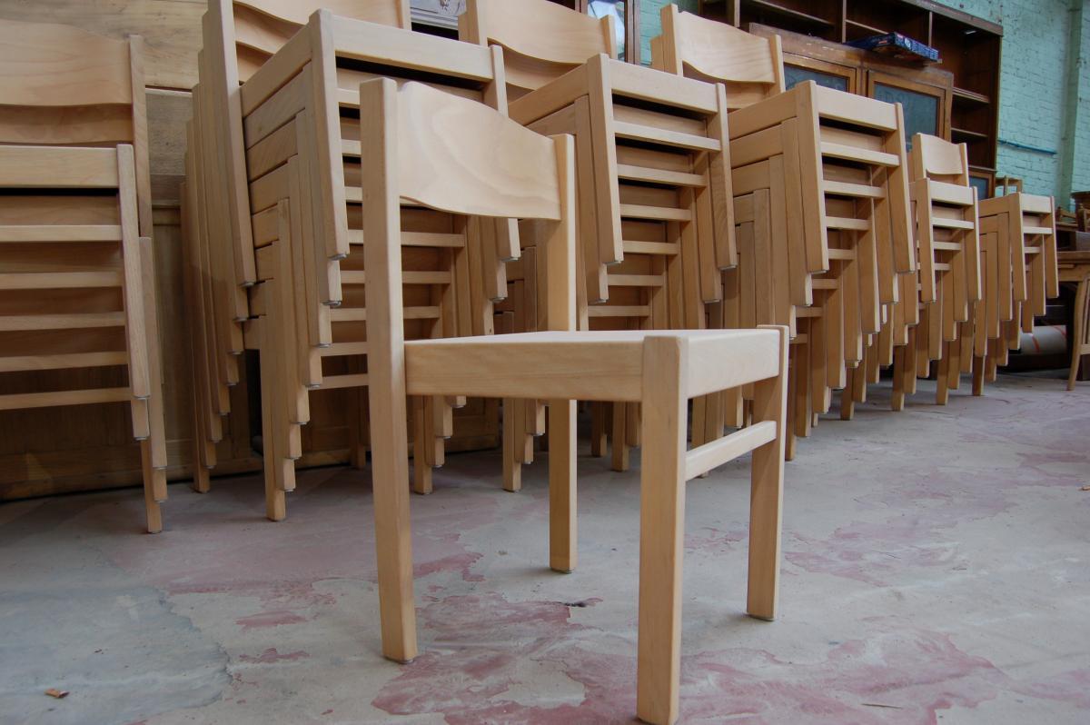 Oude Keuken Renoveren : donker gebeitste oude, maar degelijke eiken houten stoelen in huis