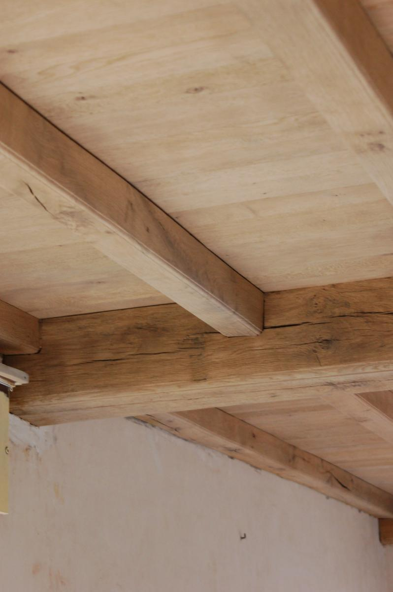 Zandstralen plafond of eiken balken meubelrenovatie - Plafond met balk ...